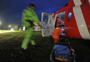 En man räddades med helikopter från ön Enskär i Söderhamns skärgård.