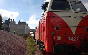 Strax före klockan tolv på onsdagen anlände det första kalktåget till kalkbruket i Kallholen utanför Orsa. 24 vagnar lastades under dagen. Foto: Hans Olander/DT
