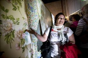 Annika Nilzon visar upp den tapet som snart ska pryda hennes sovrumsvägg.