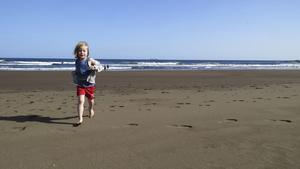 Playa del Hombre är kanske inte förstahandsvalet för barnfamiljen med riktigt små barn, på grund av vågorna, men femåringen Tom Ohlsson är nöjd över springmöjligheterna.