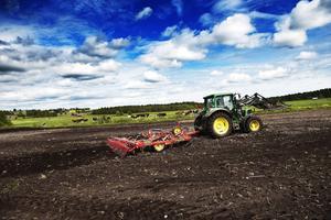 Jordbruket får en längre säsong och kan kanske odla andra grödor. Samtidigt ökar mängden nederbörd och risken för nya skadedjur.