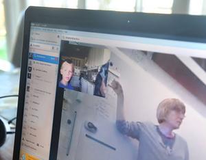Viktor ser och hör sin lärare Anne Sjöström på dataskärmen – och sig själv också.