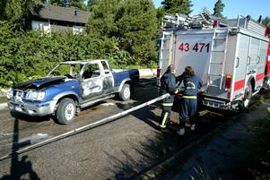 Intensivt jobb. Räddningstjänsten i Smedjebacken fick på lördagsmorgonen rycka ut på fem bilbränder. En av bilarna som förstördes var den här Nissan Kingcab som stod parkerad vid Omvägen. Foto:Fredrik Larsson