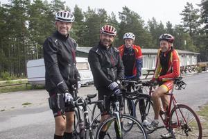 Triathlonproffsen bakom välgörenhetstävlingen Stephan Arthursson och Elvis Knez fick sällskap av Stig Lundström och Mikael Malmberg från Skärgårdens multisportare.