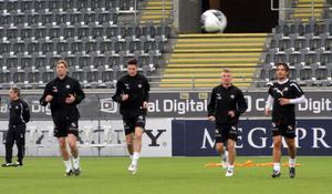 ÖSK-spelarna värmer upp inför träningsmatchen mot Stabaek.