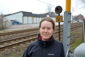 Trots att järnvägen går förbi är det möjligt att bygga lägenheter i kvarteret Förrådet, menar Linda Strid, exploateringsingenjör på kommunen. Men det krävs skydd mot buller och farligt gods.
