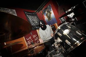 När bandet spelar live bär Axel Holmström ofta rånarluva.