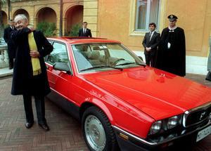 Alejandro de Tomaso bredvid en Maserati 430 i slutet av 1980-talet.