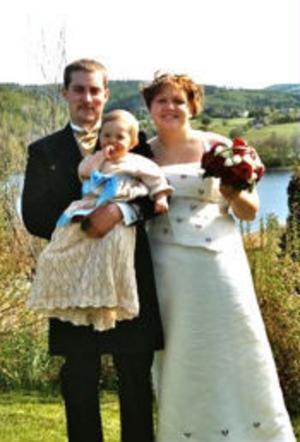 Daniel Holmberg och Sara Bäck, Bergeforsen, har den 28 maj vigts i Tuna kyrka. Vigselförrättare var Petra Hamnström. I samband med vigseln döptes parets son Edvin Holmberg.Foto: Mattias Holmberg