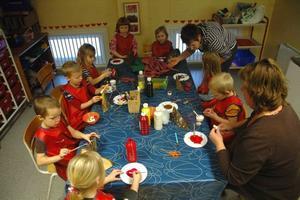 KONCENTRATION. Barnen jobbar intensivt med sina tomtar. Det gäller att både bestämma utseendet och välja färger.