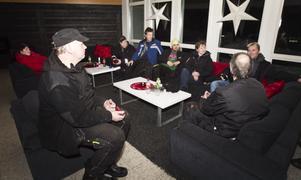 edan servicefolket jobbade för högstryck satt delar av Hasselas Ski:s personal vid några tända ljus i hotellobbyn och väntade på att strömmen skulle återvända.