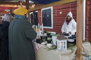 Lisbeth Eriksson är ganska ny i marknadssvängen och sålde bland annat ljusmanschetter, muggar och julgranspynt i keramik.
