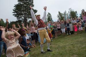 Yngve Nilsson gör raketen med alla dansande människor.