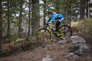 DT har bestämt träff på Lugnet i Falun. När tidningen anländer syns en skepnad svepa förbi längs stigarna i skogen längre bort. När den kommer närmare går det att urskilja Stenerhags blåa och gula cykeldräkt.