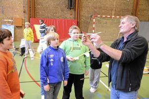 Populärt. Erik Huss visade ungdomarna hur modellplanen ska hanteras för att de ska kunna flyga som bäst.