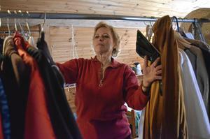 Historisk garderob. ]Kläder och historia är stora intressen för revyräven Ewa-Lena Sjökvist. Att kombinera de två, och arrangera historiska modevisningar, är naturligtvis klockrent.