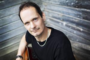 Christer Halvarsson spelar musikquiz i Rockbaren.