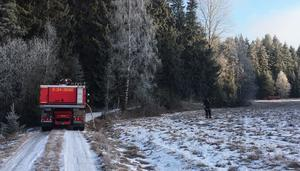 Det här är vägen fram till det nedbrända huset. Den är smal, slingrig och täckt av is. Räddningstjäsnten fick köra på ängen bredvid vägen och hugga ner en del småträd för att komma fram till olycksplatsen.
