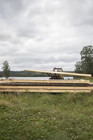 Traktorn underlättar hanteringen av stockarna.