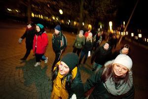 Linda Andersson och Elin Berström nattvandrar genom södra delen av stan.