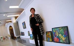 Borlängekonstnären Margareta Breitholtz-Nash ställer ut sina vackra konstverk i bibliotekets utställningshall. FOTO: LISA LINDER LINDBERG
