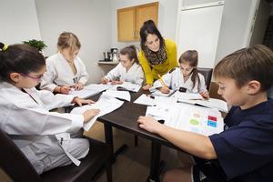 Läxhjälp. Jenny Asp tittar till barnen som pluggar i lokalen. Från vänster Nicole Hanna, Nelly Asp, Felicia Kartal, Elicia Demir och Neo Kartal.