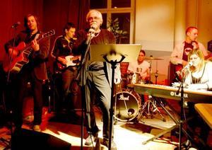 MYSIG PROGG. Författaren Bernt-Olov Andersson fungerar utmärkt som sångare i släktgruppen Bandavdelningen.