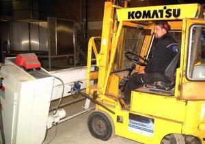 Tom Edström har haft fullt upp med att tömma sitt industrihus på inventarier efter utflyttade företaget plast- och plåtform.Foto: Ingvar Ericsson