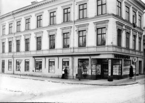 Till Sandbloms hörna i hörnet Norra Kungsgatan-Norra Rådmansgatan sökte sig Alf Uddholm och hans bror för att kika på leksakerna i skyltfönstren.Foto: Carl Larsson (Ur Länsmuseets samlingar).