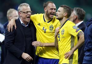 Adreas Granqvist med förbundskaptenen Janne Andersson och anfallaren Marcus Berg.