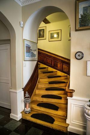Det går två trappor upp till övervåningen, den här är i trä och användes av de som bodde i huset. Den andra i sten, byggdes för tjänstefolket för att det inte skulle höras när de gick.