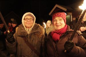 Karin Karlstrand och Yvonne Åhrberg tycker att nyårsfirandet i Stocka är en fin tradition.