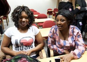 SFI-eleverna Victoria Abubakar och Eva Obenewaa Asare är mycket positiva till yrkesspåret inom SFI-undervisningen. Efter mötet med integrationsministern hoppas de nu att det satsas mer på det utbildningssättet.