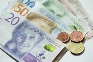 De nya sedlarna och mynten. Och nu börjar det bli bråttom att göra sig av med de gamla.