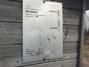 Vid Tängers kraftstation sitter en informationstavla som bland annat talar om att sjöns vattennivå får regleras i ett spann på tre meter.