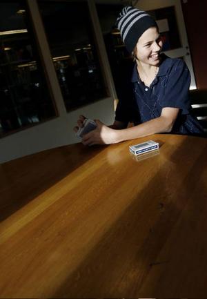 Joel Larsson, 15 år, från Undersåker, spelar ofta kort på rasterna. Innan han springer in  i klassrummet för att röra  i grytorna på hemkunskapen hinner han ge två tips för iPoden.–