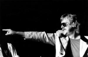 Hyllningskonsert till Eddie Meduza på Lillpuben. Här spelade han på Folkan i Hofors. Bild: Åke Hellström.