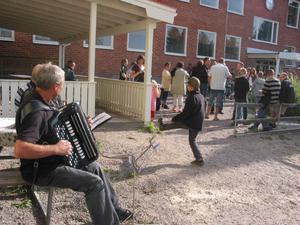 Stig Wiklund och skymd Artur Sverin bjöd på dragspelsmusik för personal, elever och föräldrar på Rotebergs skola.