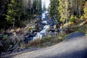 Vägarna fram till vattenfallet har blivit bättre.