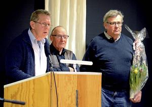 Lennart Fyrk, Rune Bernhardsson och Tomas Larsson från Föreningen Brunnsjöns vintervänner tog emot Hedemorablomman i samband med tisdagens kommunfullmäktigesammanträde.