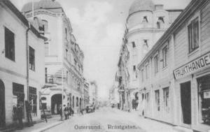 Så här såg Prästgatan ut i början av 1900-talet. Till vänster gamla Centralpalatset och trähuset till höger ligger där nuvarande Åhlenshuset står.