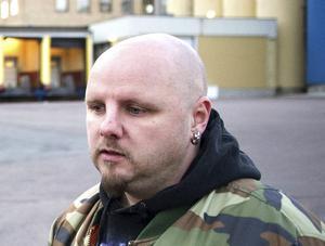 Tommy Ringstedt, innehar fortsatt SD:s insynsplats i kommunstyrelsen i Hedemora, trots att han är utesluten ur partiet.