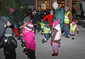 Trots den kalla nordanvinden var det bara glada miner hos dansarna.