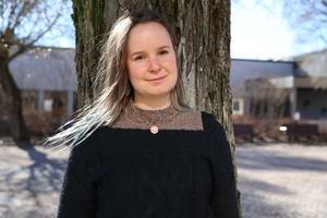 Linn Bäckman, skiver och tecknar.