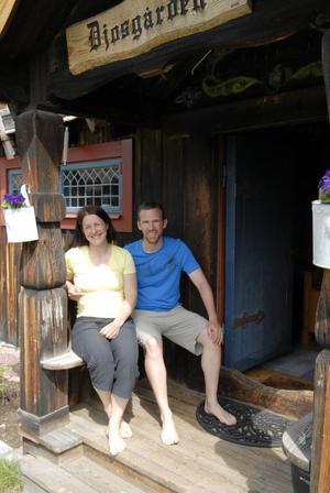 Tidigare skidskyttestjärnan Uschi Disl och hennes sambo Thomas Söderberg och de två barnen har flyttat in i vackra Djosgården i Kråkberg.