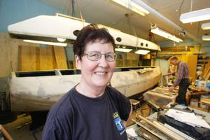 Monika har sytt alla textilier som ska finnas ombord. När hon inte syr pluggar hon navigering till sjöss.