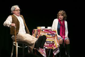 Vad är egentligen nytillskottet i familjen? Man behöver lyfta upp benen i alla fall. Richard Linderholm och Anna-Lena Källander spelar far och dotter.