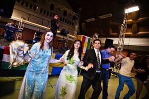 Dans hela kvällen. Flera artister uppträdde. Här dansas en kurdisk ringdans.
