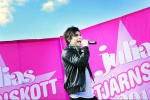 Tonårsidolen Erik Saade, som kom trea i årets Melodifestval med låten Manboy sjöng gästade Östersunds i lördags. Han lovade komma tillbaka till Storsjöyran.