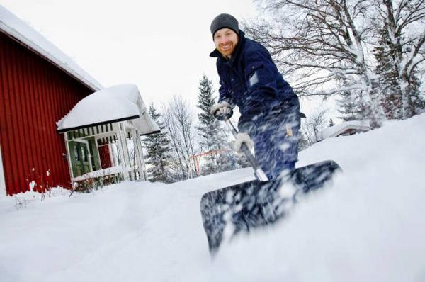 Anders Holmlund i Vamsta utanför Brunflo rycker gärna ut med snöskyffeln när kommunens resurser inte räcker till för att få undan snön.